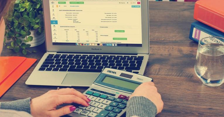 robienie obliczeń na kalkulatorze